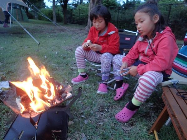 焚き火をする娘たち