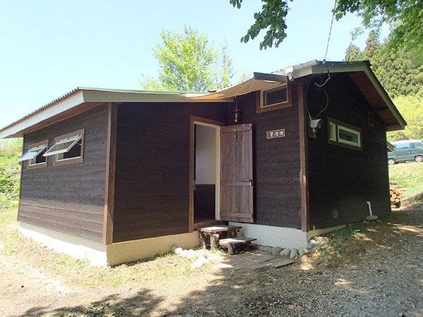 くりの木キャンプ場の管理棟外観